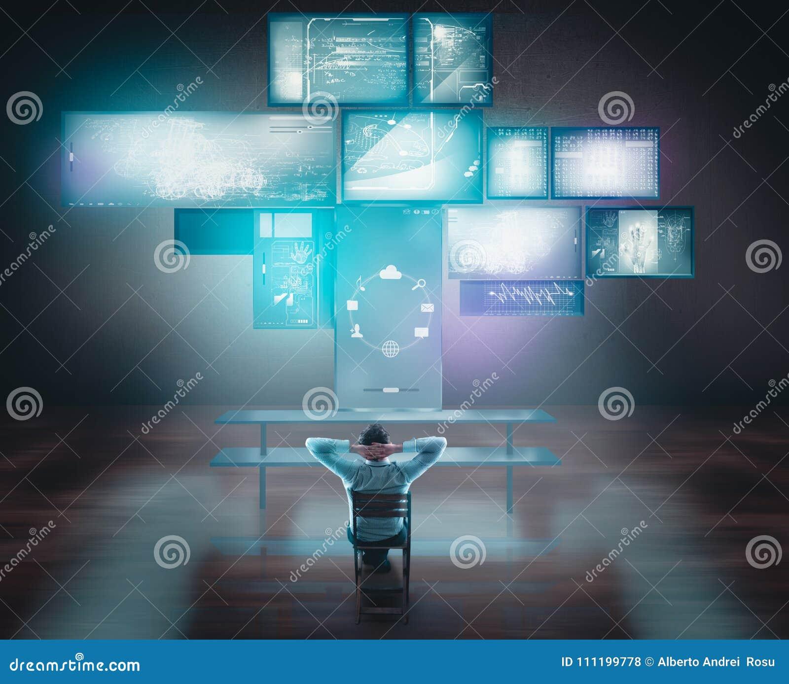 Pantallas táctiles y ordenadores de observación del hombre de negocios en el escritorio