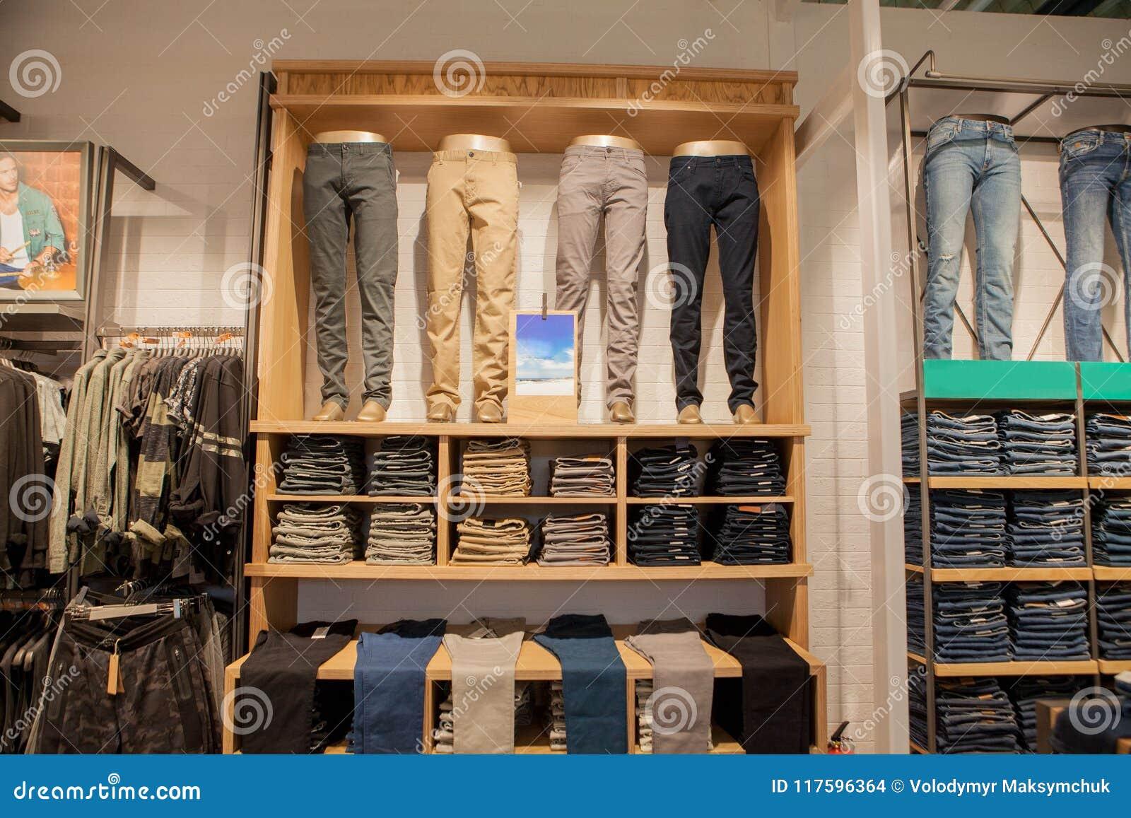Pantaloni di Brown sullo scaffale di negozio Brown ansima i pantaloni della raccolta impilati
