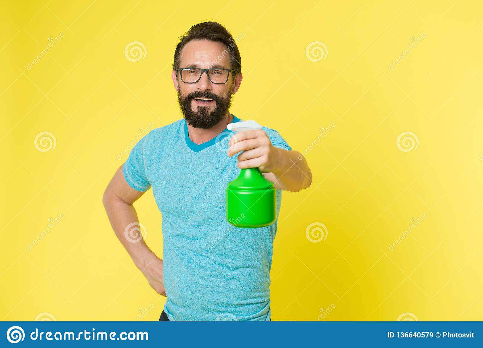Pantaloni a vita bassa maturi con la barba Householding singolo uomo con la bottiglia dello spruzzo Uomo barbuto Modo maschio Cau