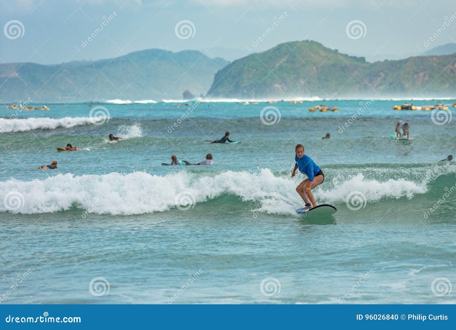 10/06/2017 Pantau Mawun, Lombok, Indonezja Młoda kobieta uczy się surfować