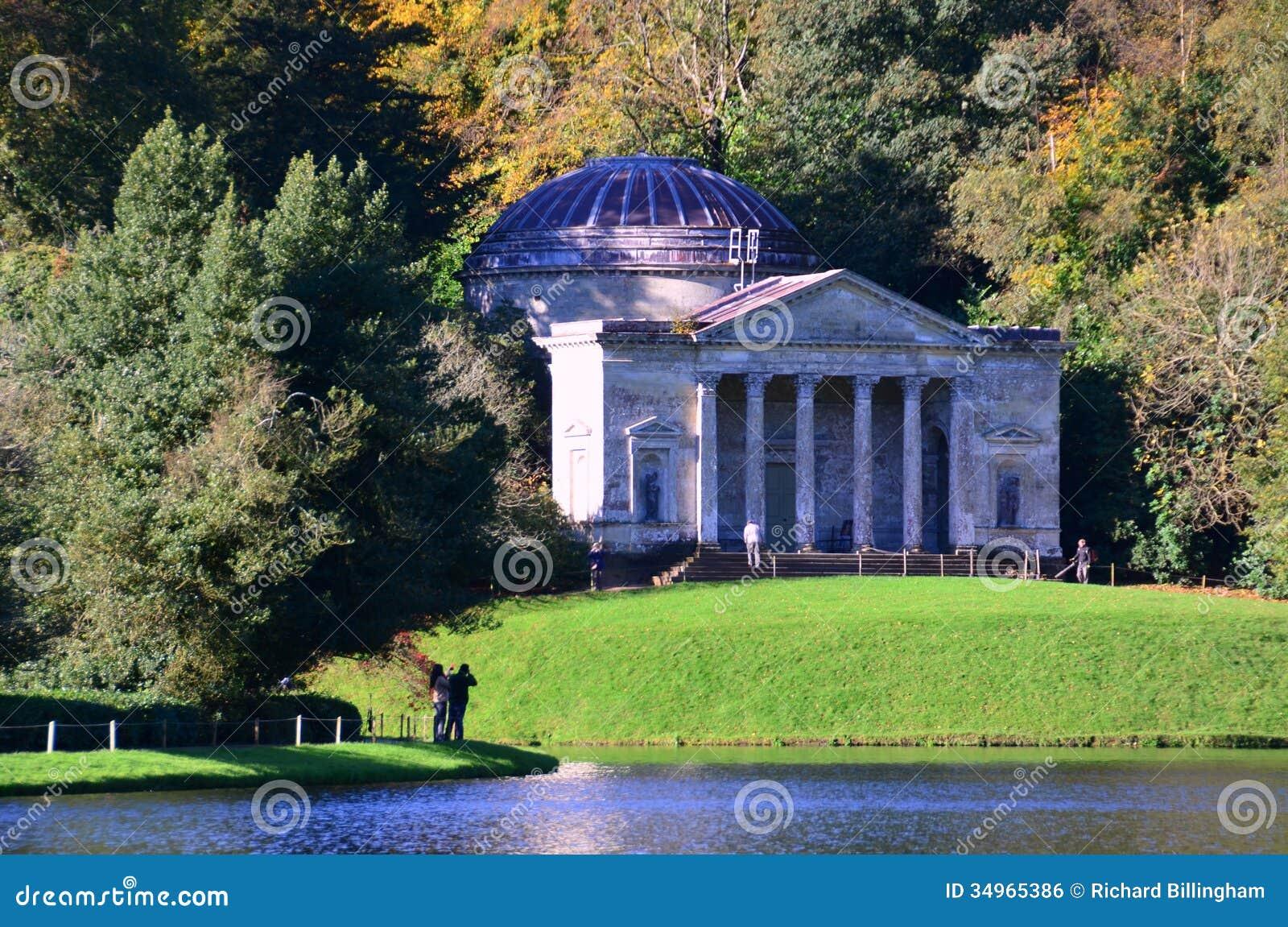 Pantheon in autumn stourhead gardens wiltshire stock for Cementerio jardin