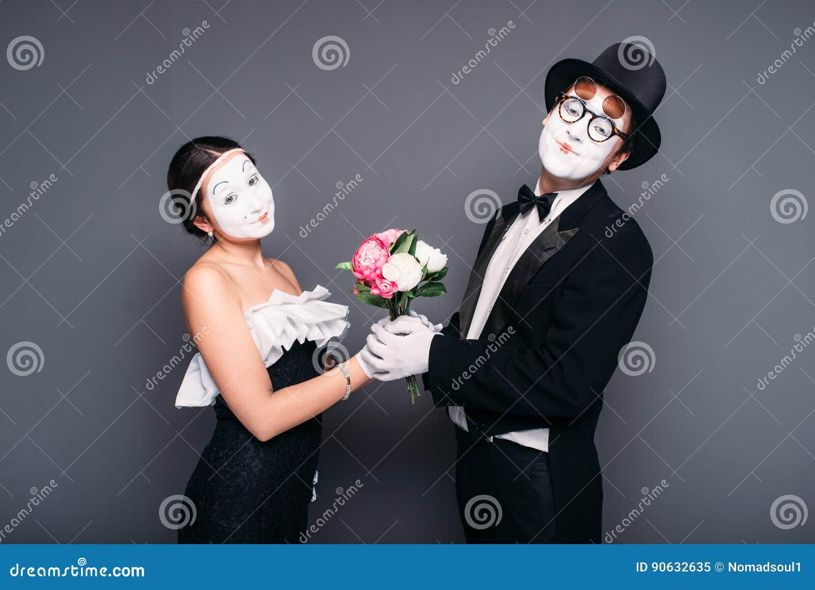 Pantomimskådespelare som utför med blommabuketten