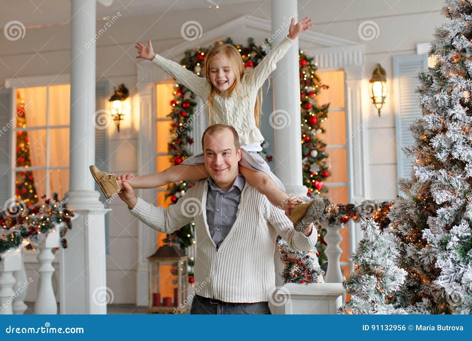 Papà e figlia che sorridono felicemente contro lo sfondo di nuovo Y