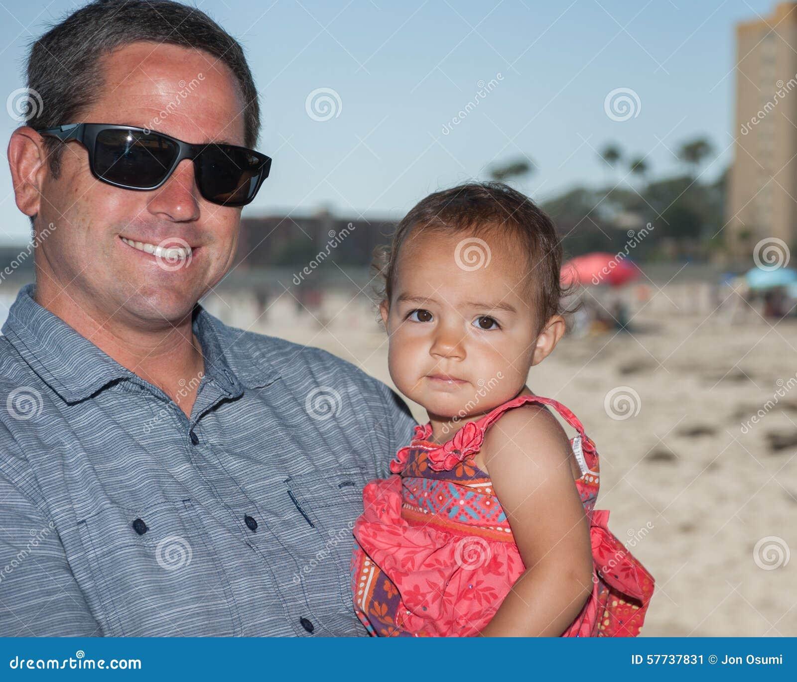 Papà felice che tiene la sua ragazza