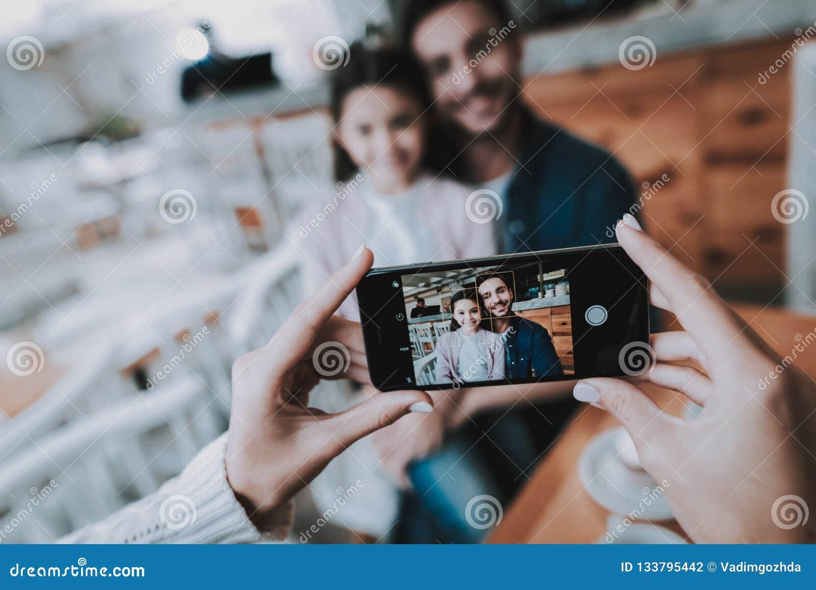 Papá de las fotografías de la madre con la hija en el teléfono móvil
