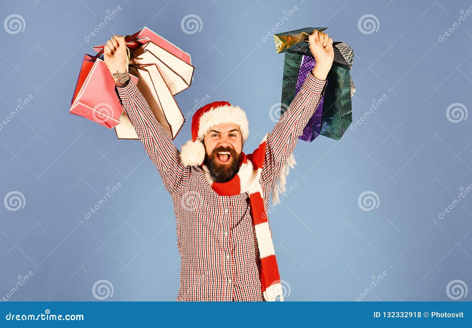 Papá Noel con los paquetes coloridos Hombre con la cara de la barba y del ganador