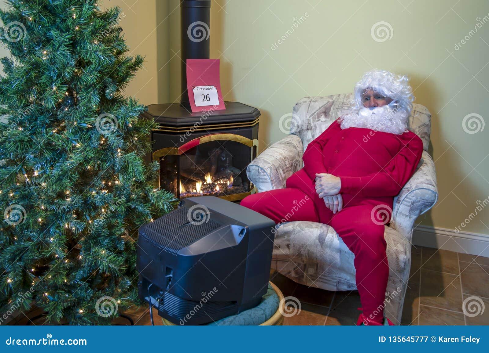 Papá Noel que ve la TV después de la Navidad