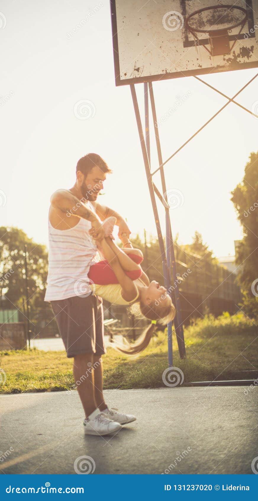 Papá que ama el día con su hija
