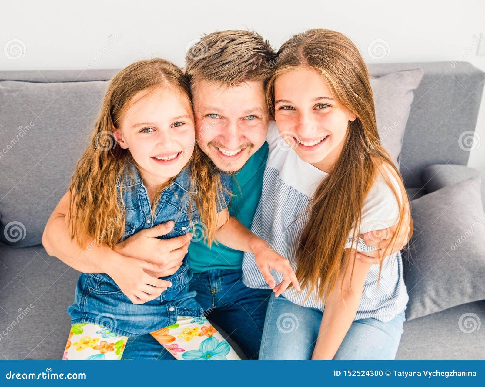 Papá y sus dos hijas sonrientes