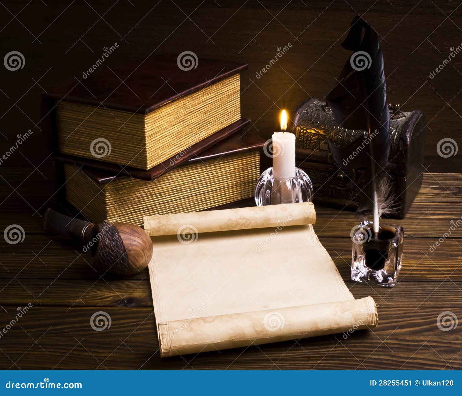 Papéis e livros velhos em uma tabela de madeira