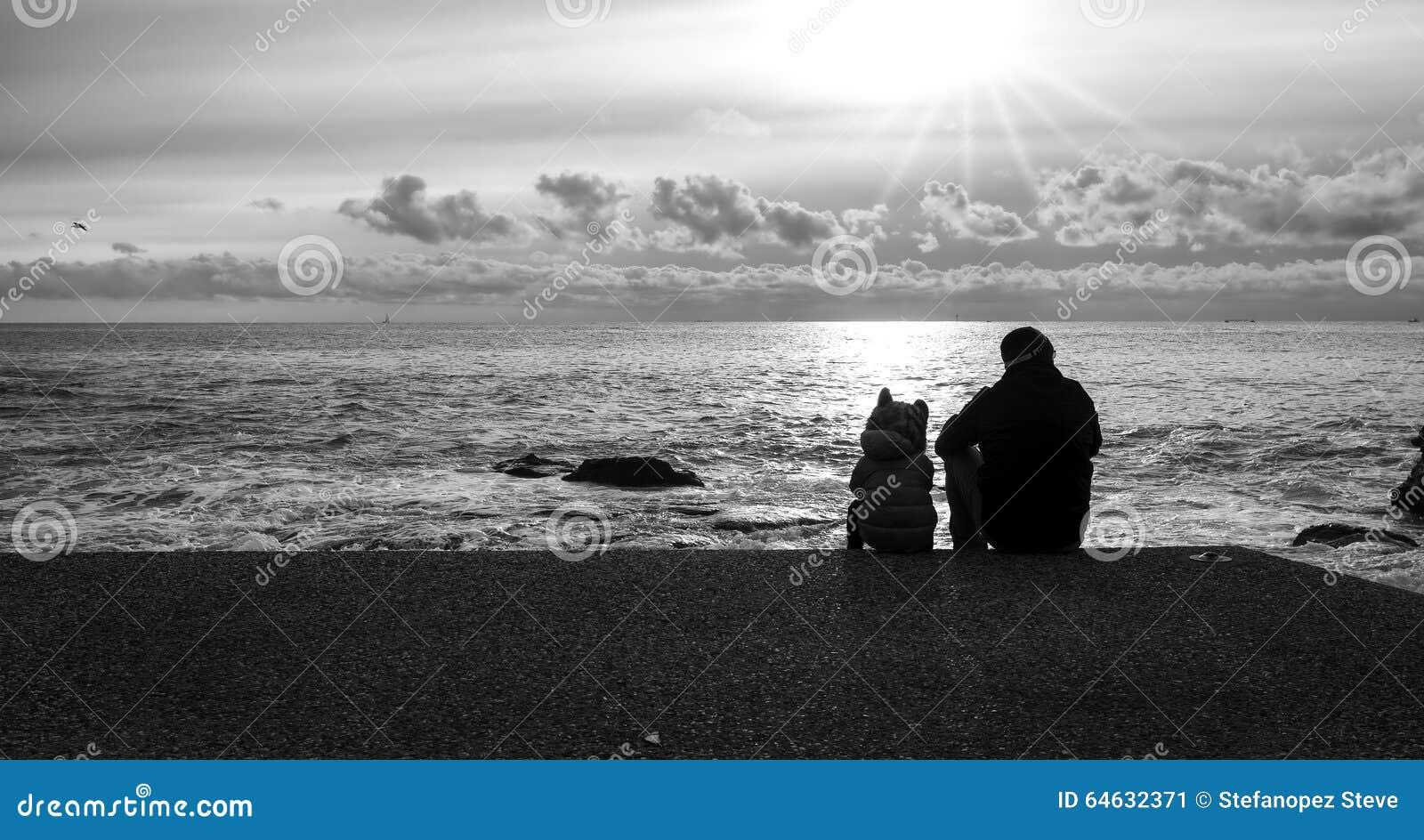 foto lampadina : Pap? e figlio lungo le spiagge, lampadina Foto in bianco e nero di ...
