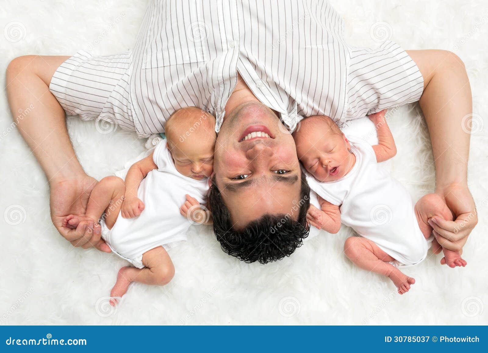 Papa avec des jumeaux