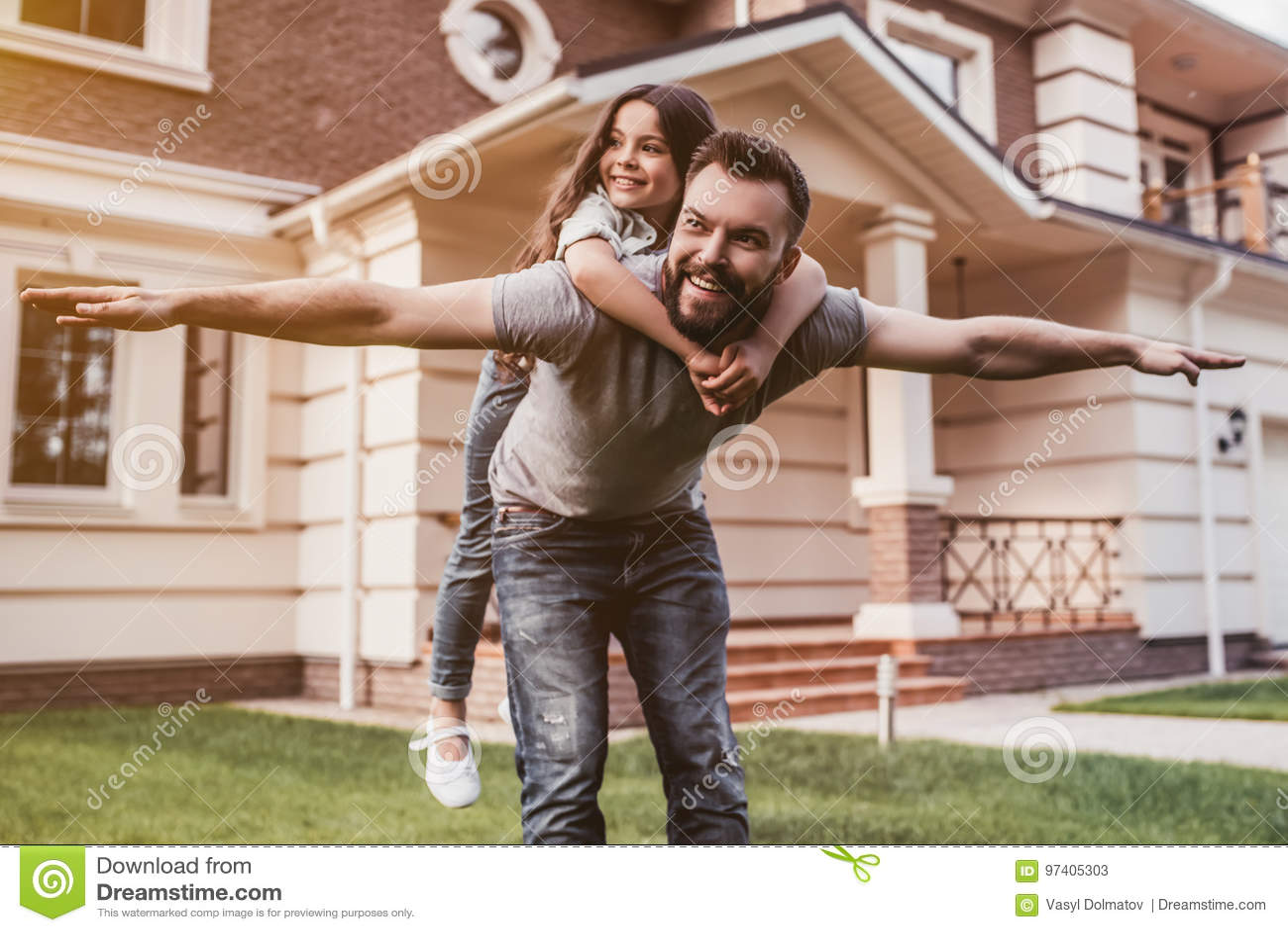Papa avec la fille dehors