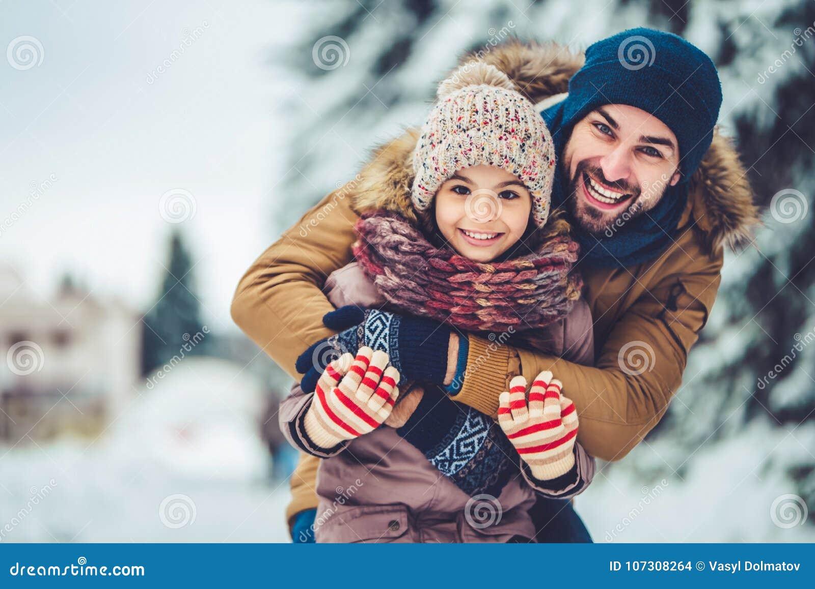 Papa avec la fille extérieure en hiver