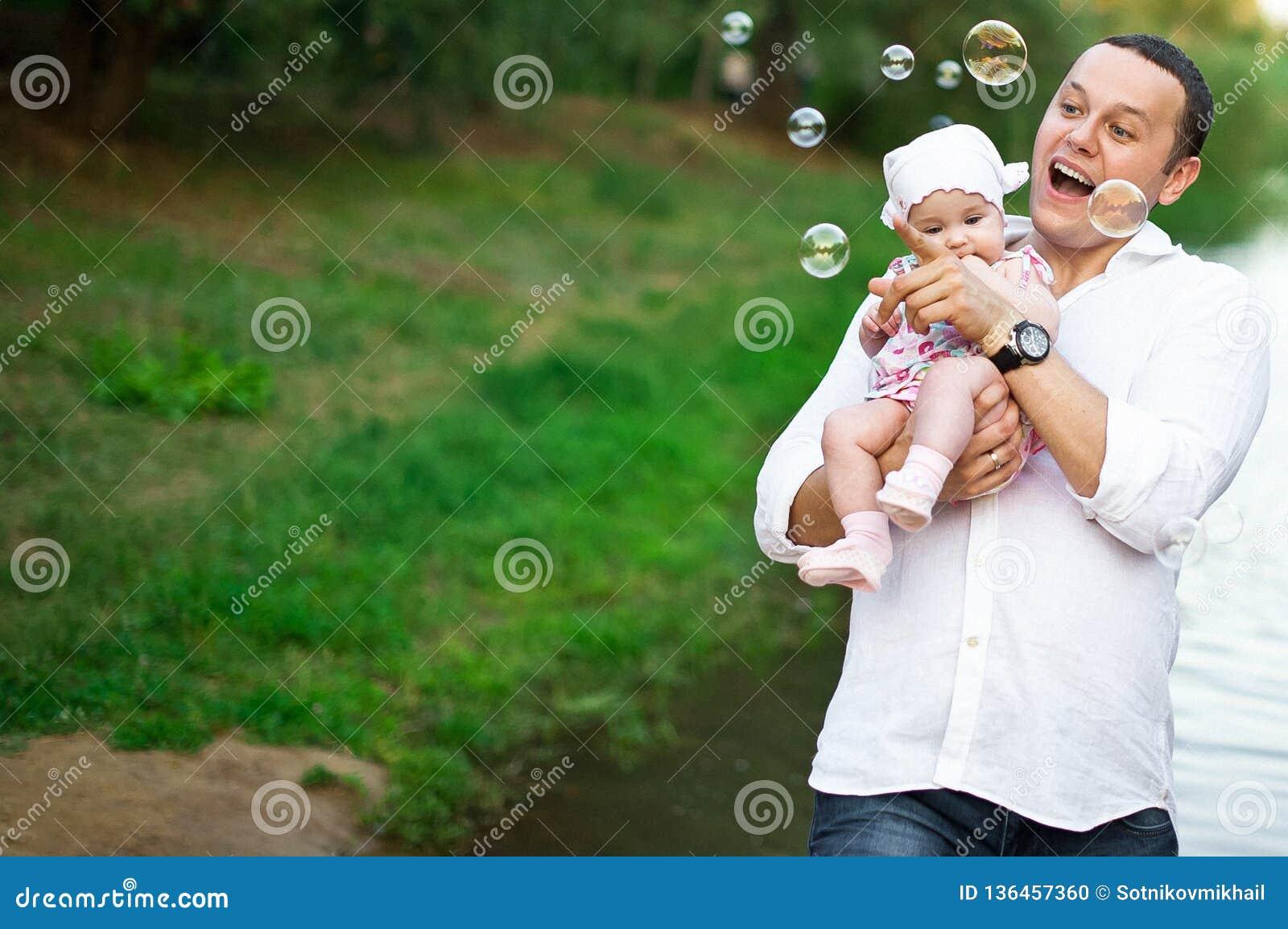 Papa avec la fille jouant en nature