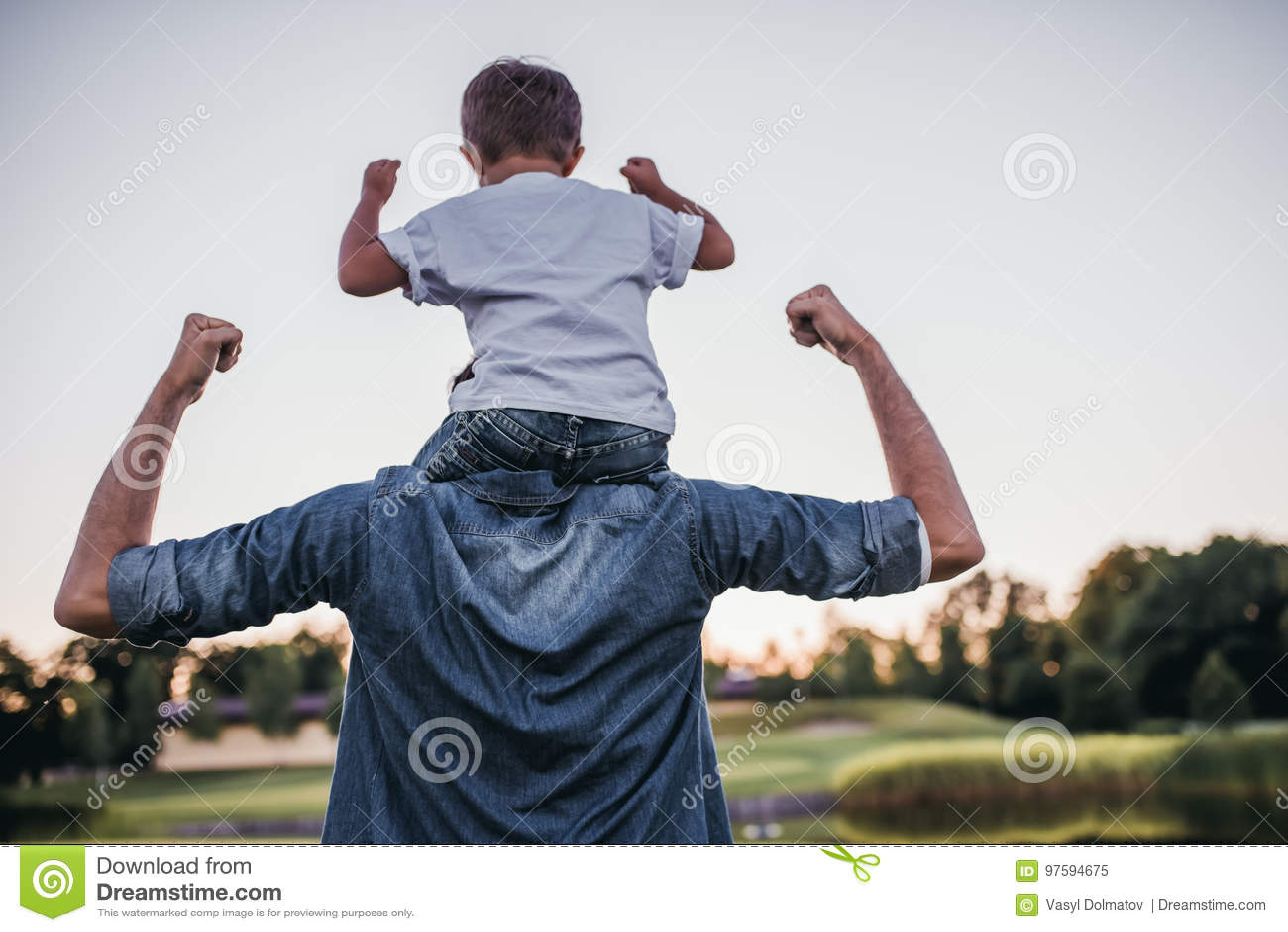 Papa avec le fils jouant le base-ball
