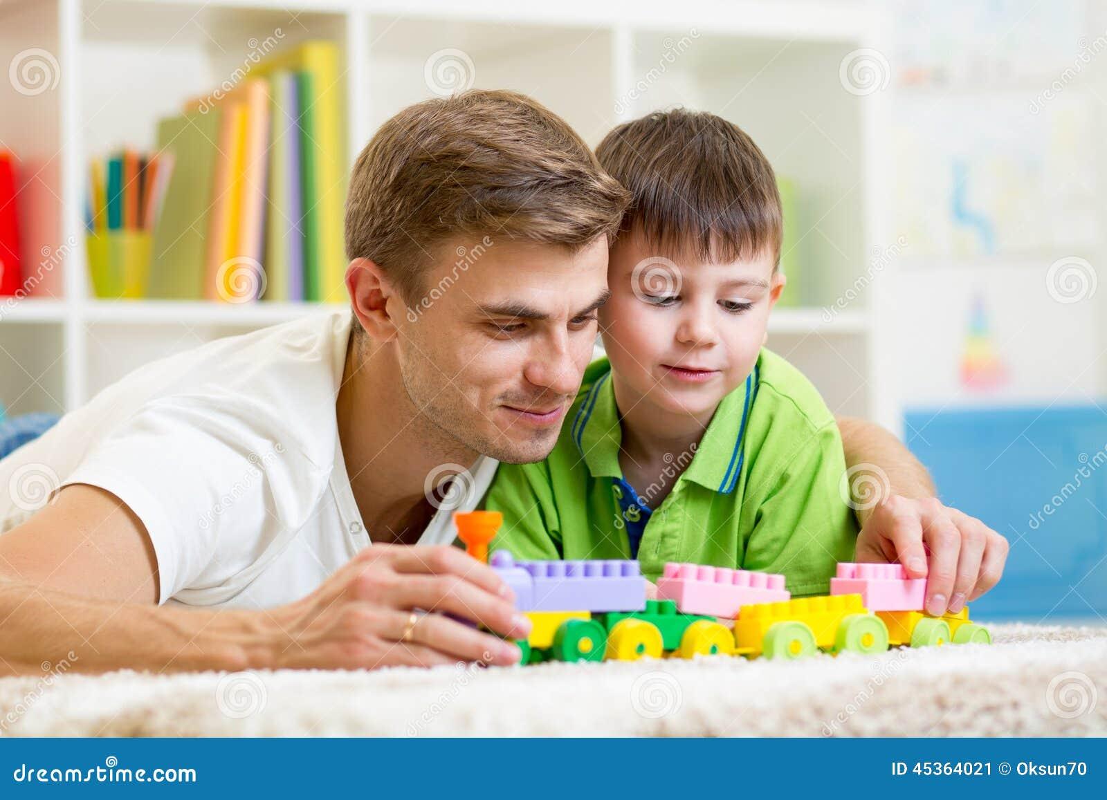 Papa avec le jeu de fils d enfant ensemble