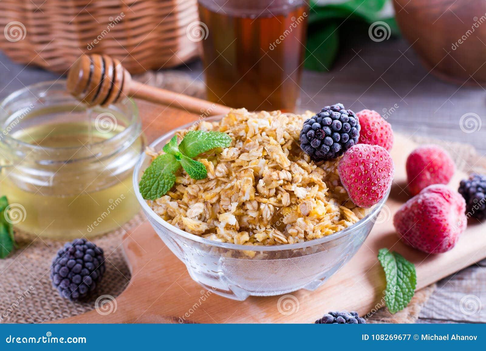 Papa de aveia da farinha de aveia com morangos e as amoras-pretas frescas Café da manhã saudável, comer saudável, conceito do ali