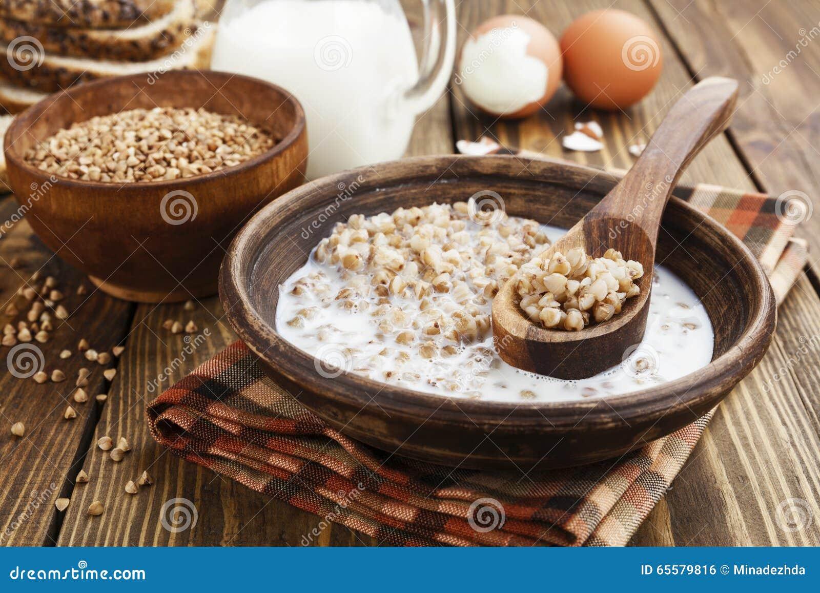 Papa de aveia do trigo mourisco com leite