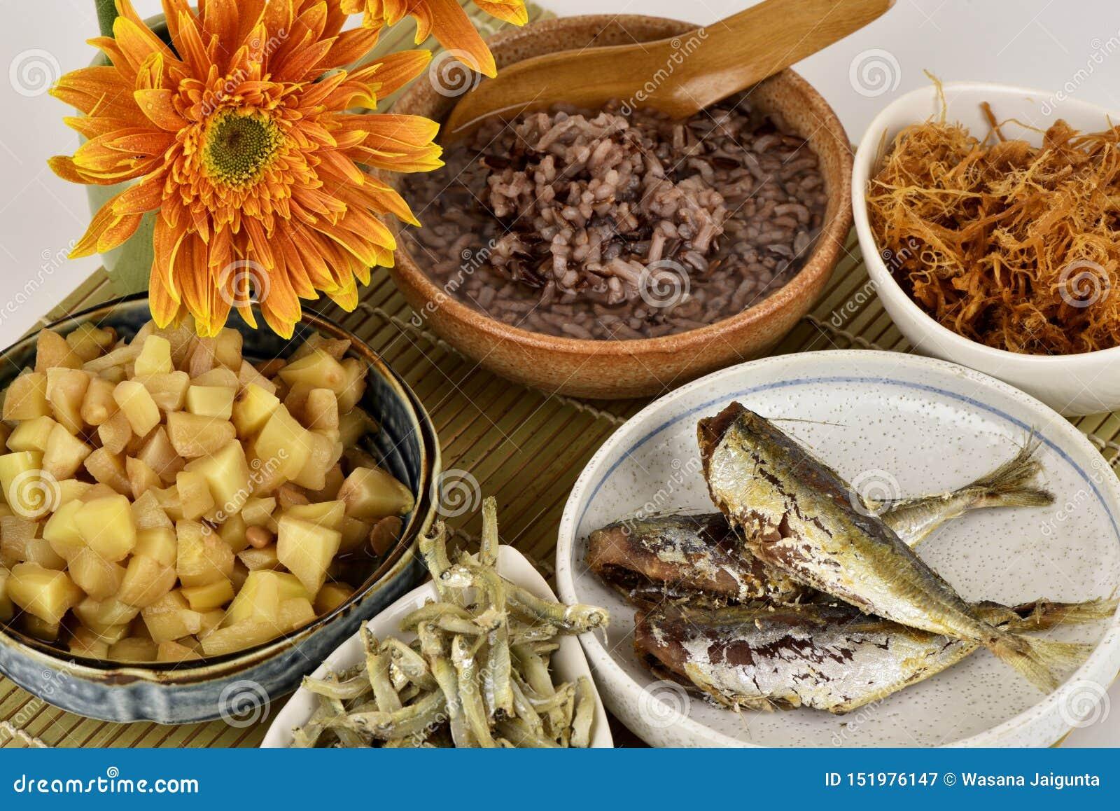 Papa de aveia vermelho do arroz, menu saudável do café da manhã em um fundo branco