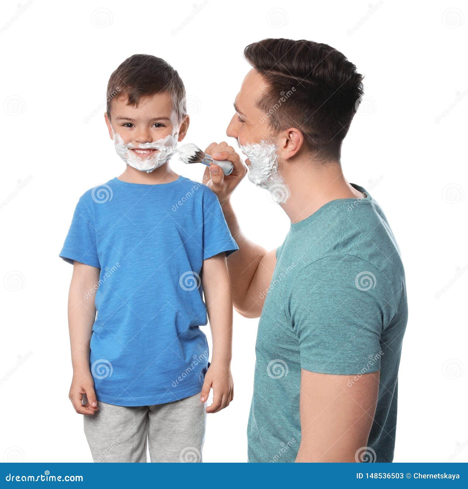 Papa die het scheren schuim op het gezicht van de zoon toepassen