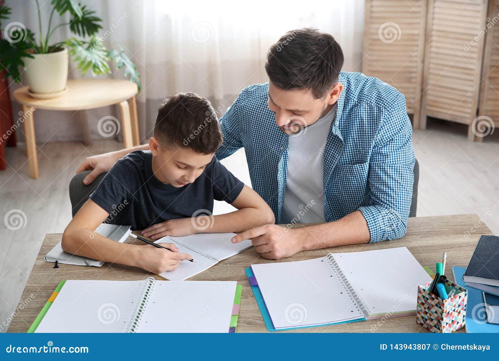 Papa die zijn zoon met thuiswerk helpen