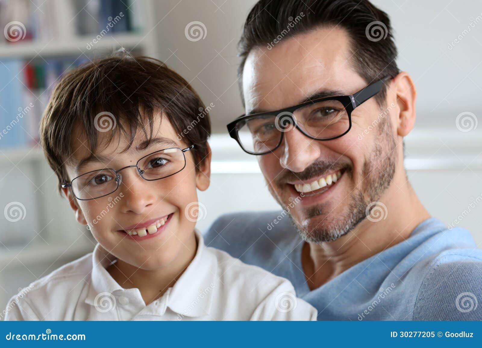 Papa en zoon met glazen