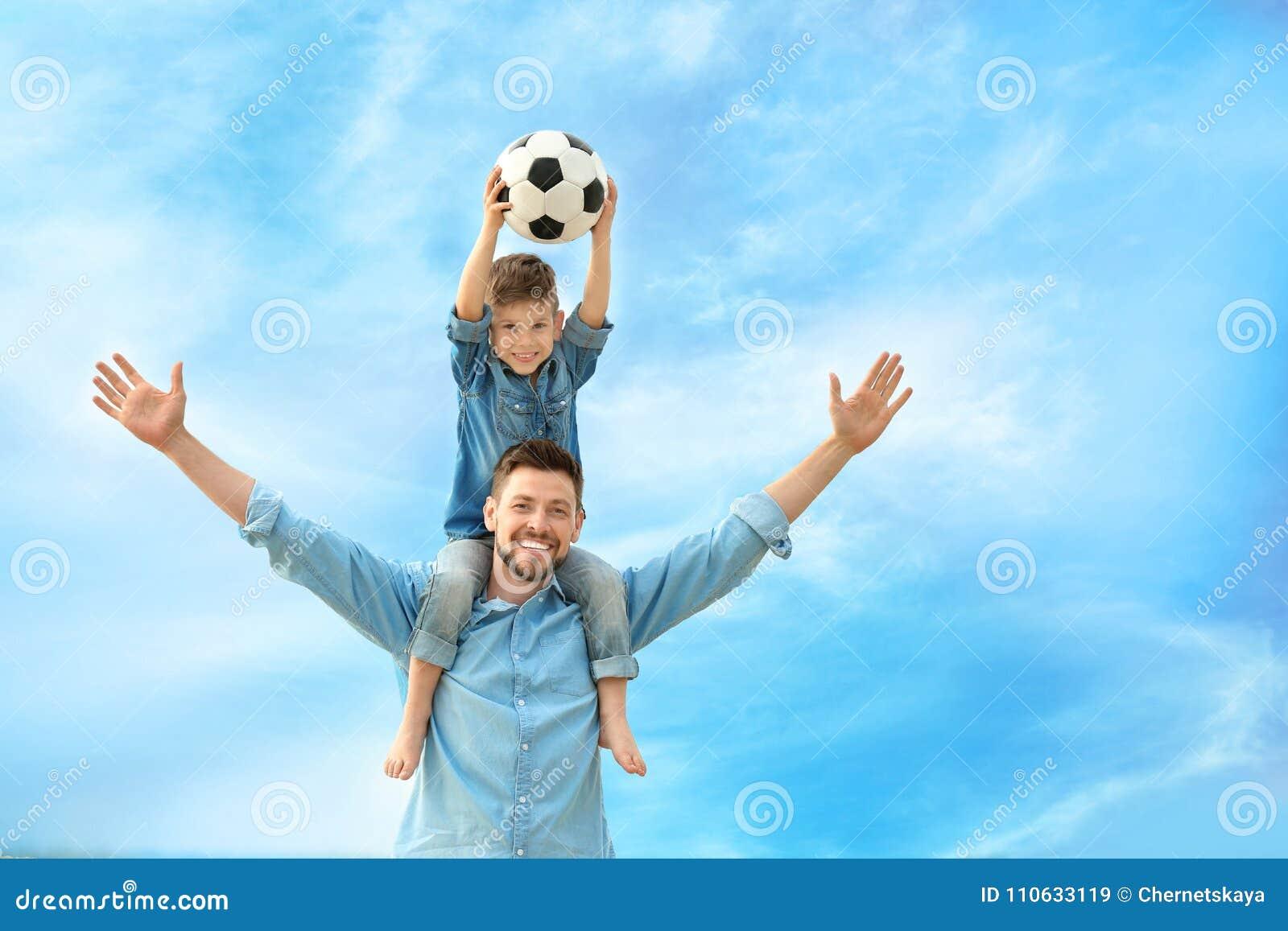 Papa en zoon met voetbalbal