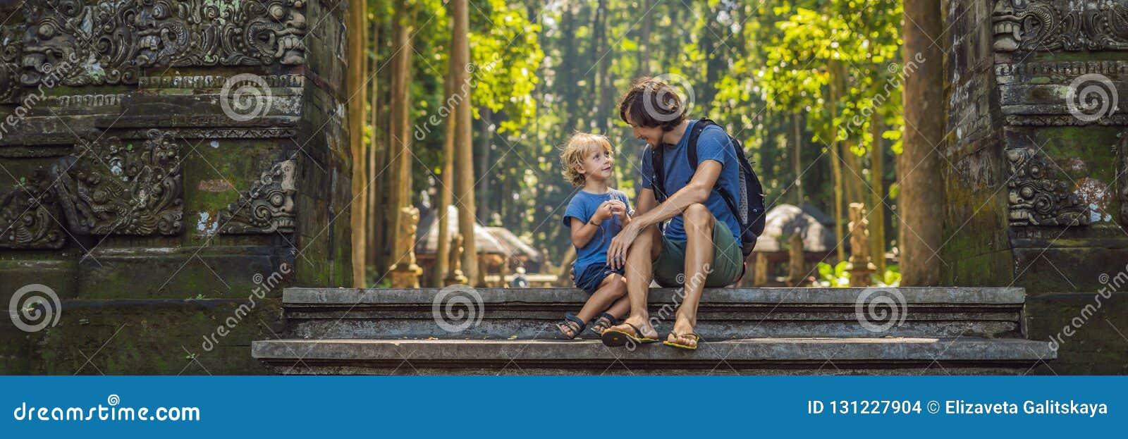 Papa en zoonsreizigers die Ubud-bos in Aapbos ontdekken, Bali Indonesië Het reizen met de BANNER van het kinderenconcept