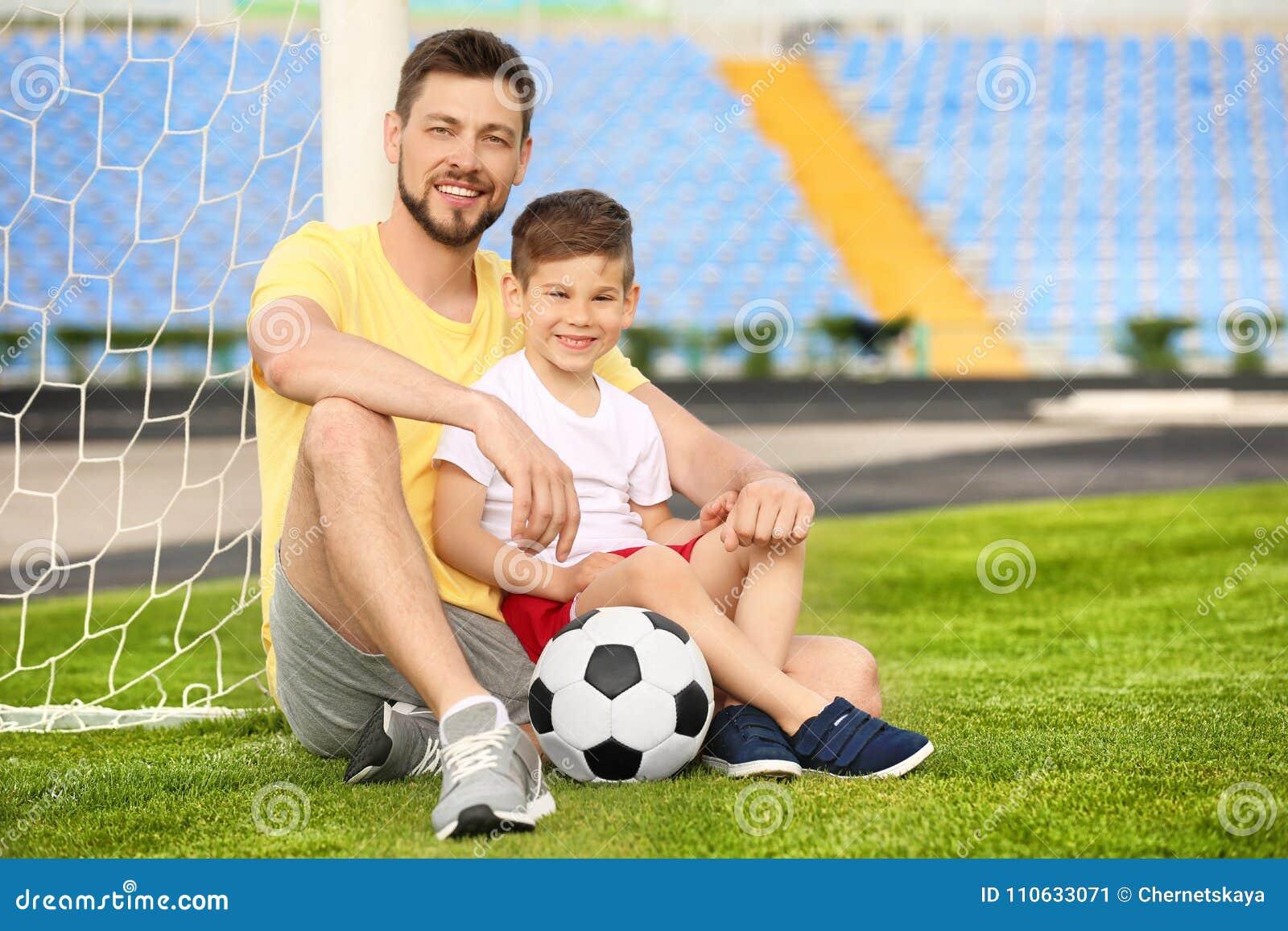 Papa et fils avec du ballon de football