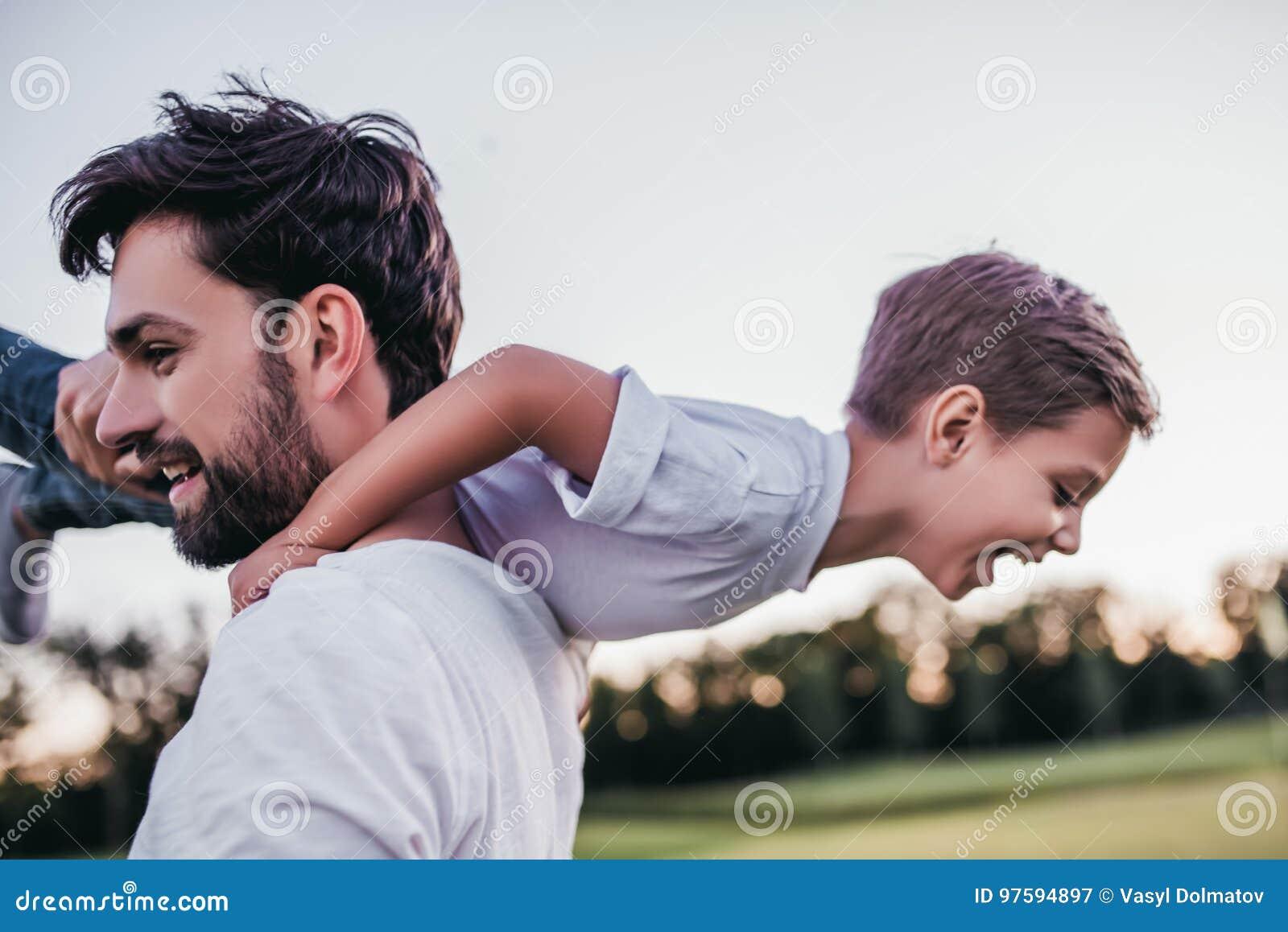 Papa et fils dehors