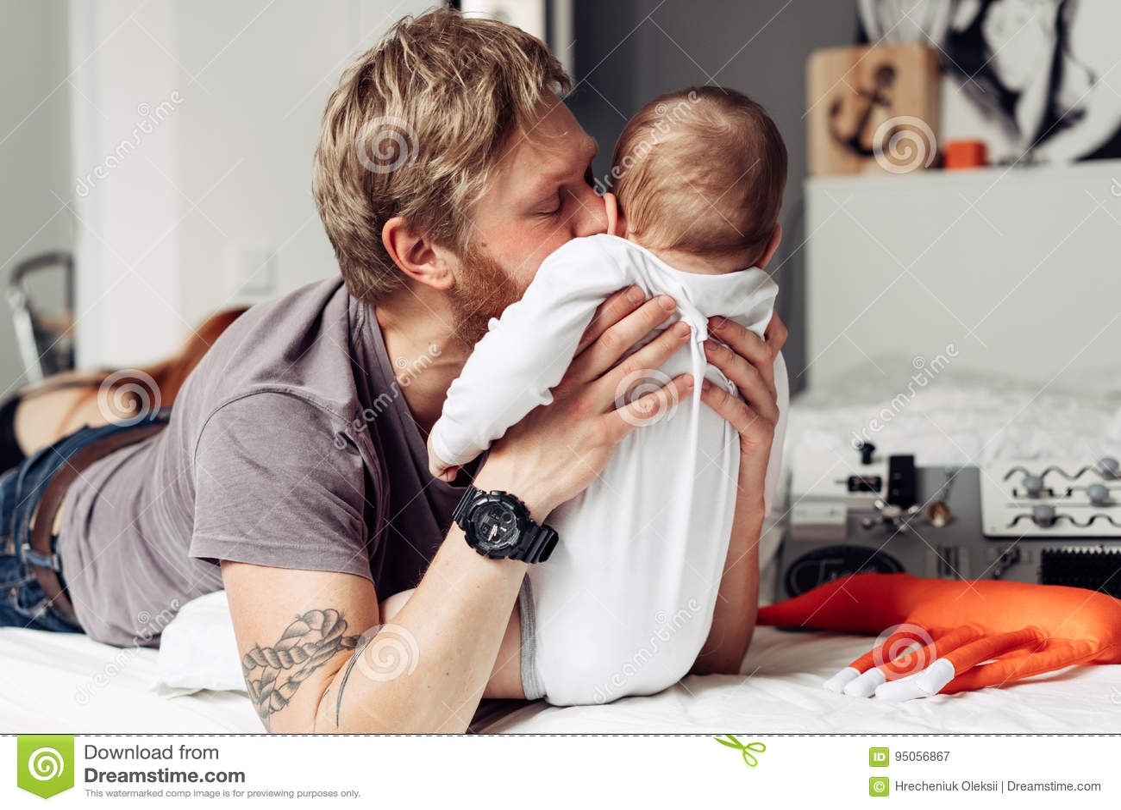 Papa et petit fils dans la chambre à coucher