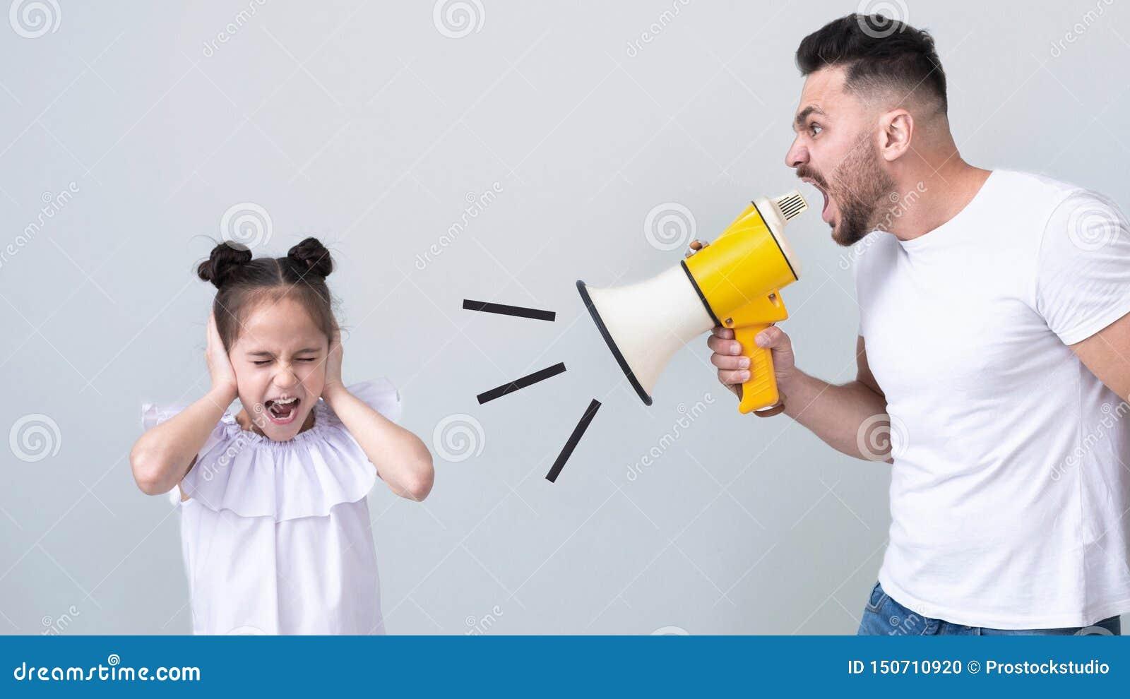 Papa furieux criant à sa fille avec le mégaphone
