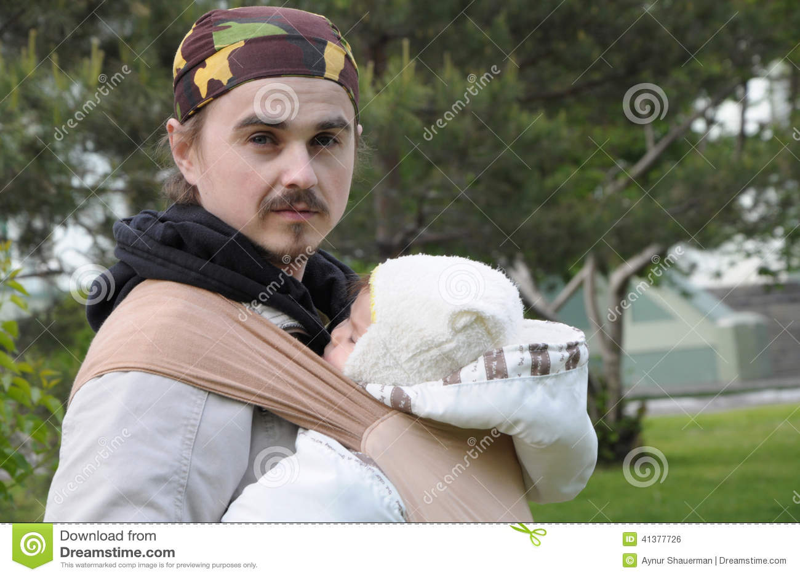 Papa moderne avec le bébé dans la bride