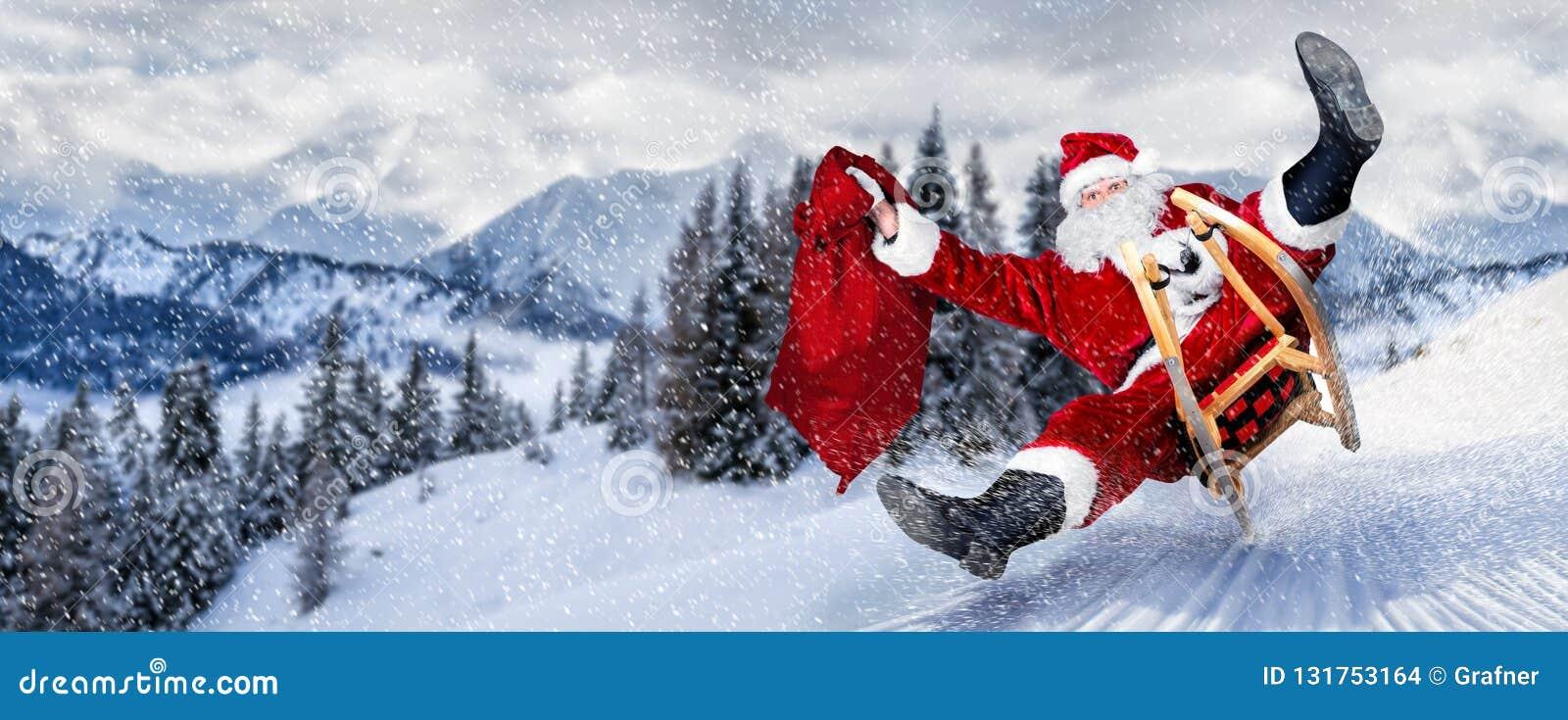 Papai Noel atrasado com pressa no trenó do trenó com o traje branco vermelho tradicional e no saco grande do presente na frente d