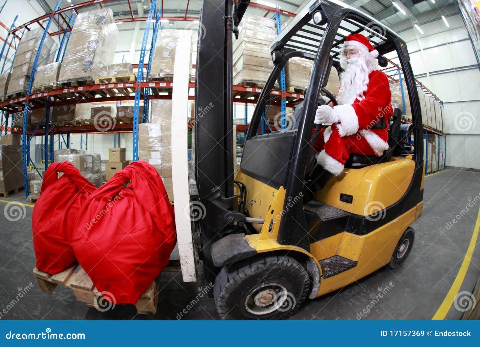 Papai Noel como um operador do forklift no trabalho nos mercadorias