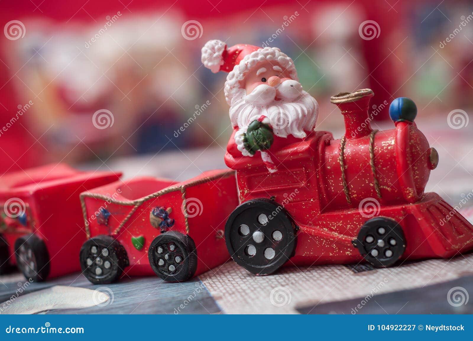 Papai Noel no trem diminuto do brinquedo