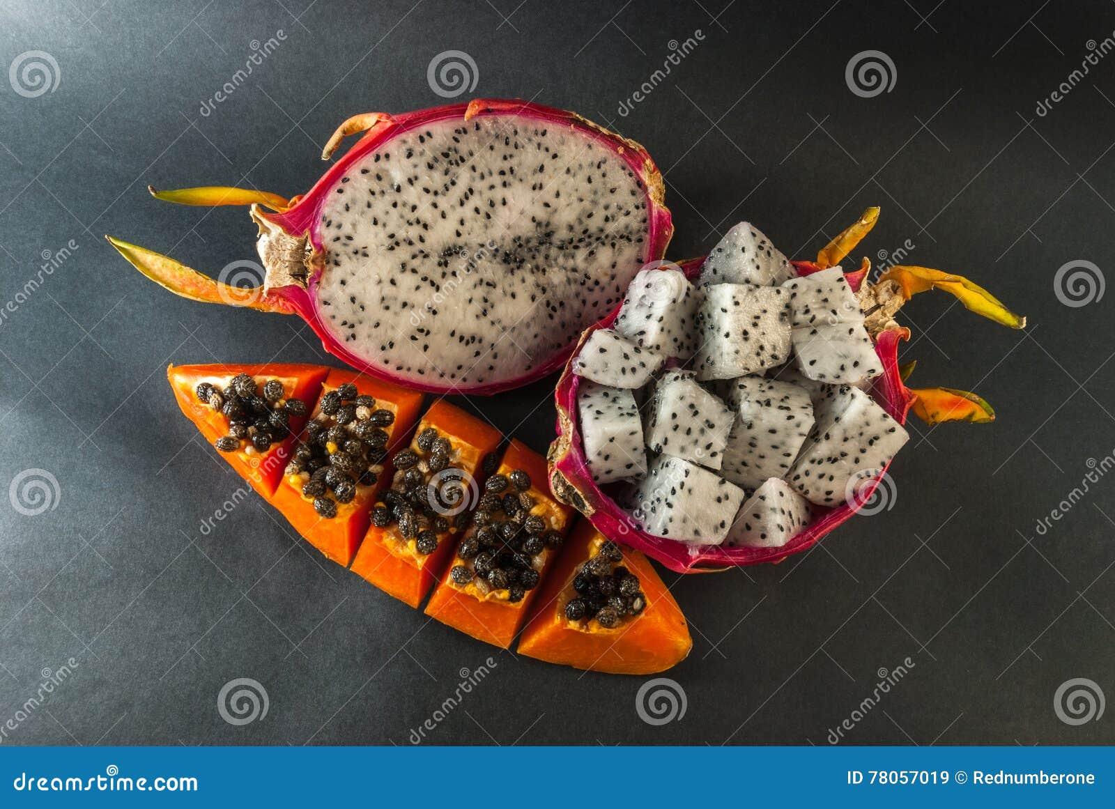 A papaia e o fruto do dragão serviram para uma sobremesa no fundo preto