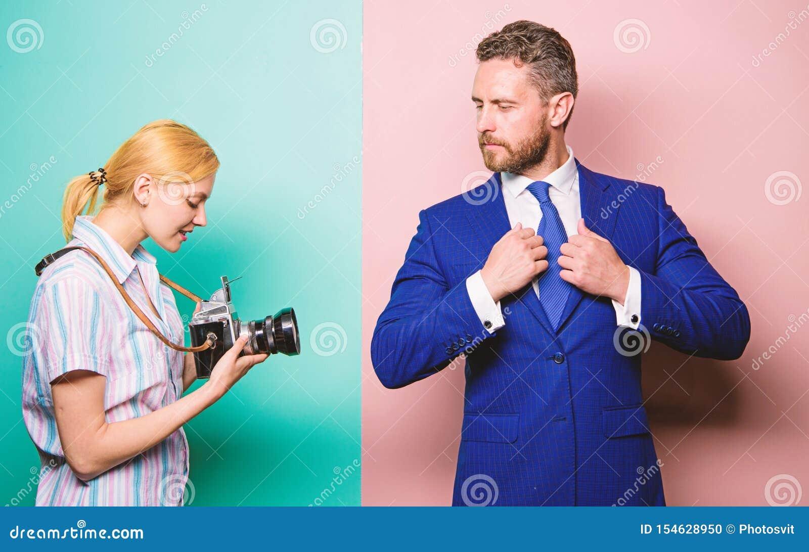 Paparazziconcept Photosession voor bedrijfstijdschrift Knappe zakenman stellende camera Het schot van Nice Bekendheid en succes