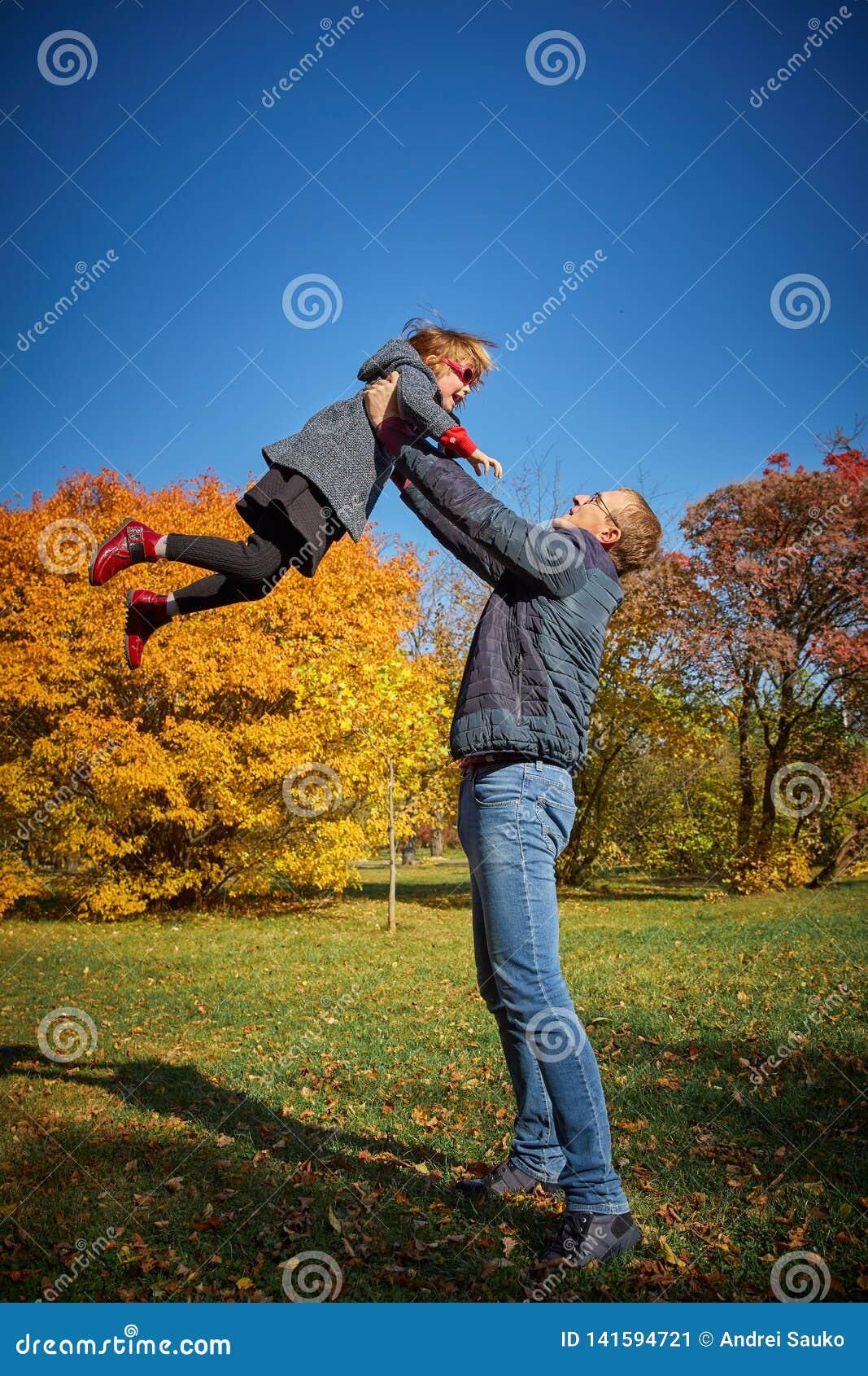 Papaspelen met zijn dochter