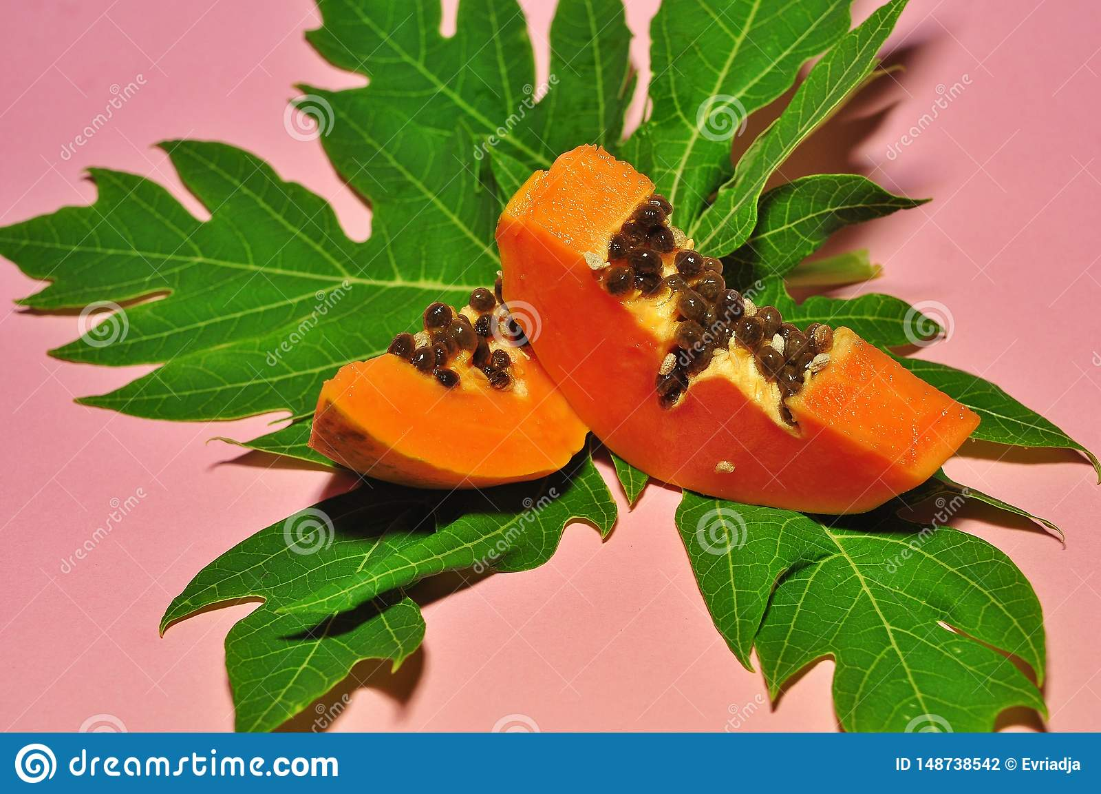 Papaya φρούτα στο ρόδινο υπόβαθρο
