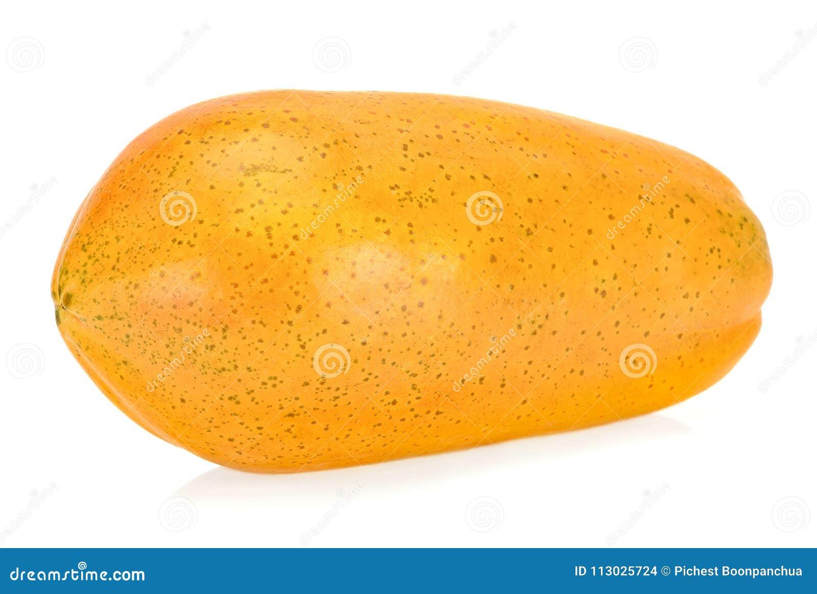 Papaya amarilla aislada en el fondo blanco