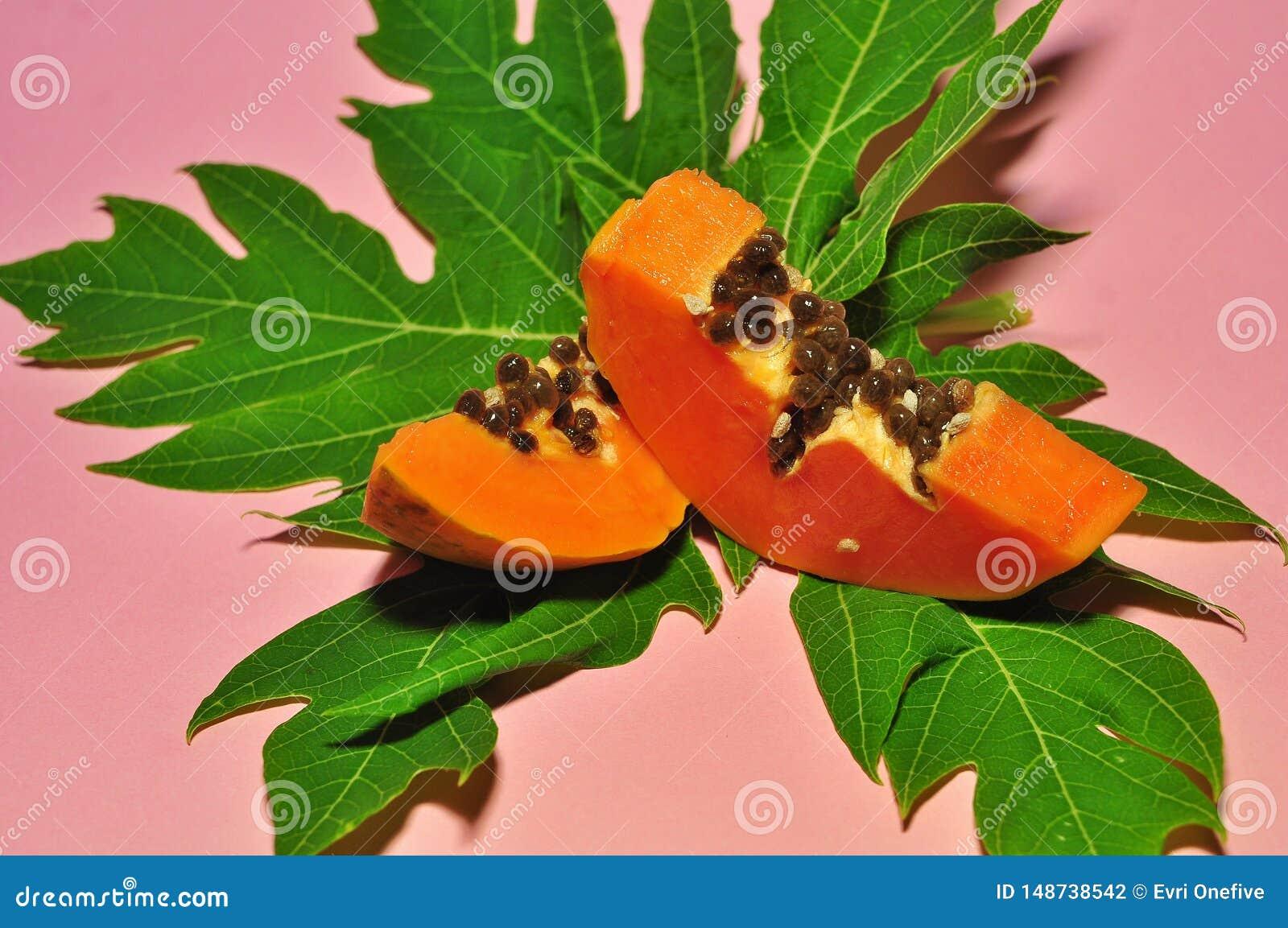 Papayafrukt på rosa bakgrund