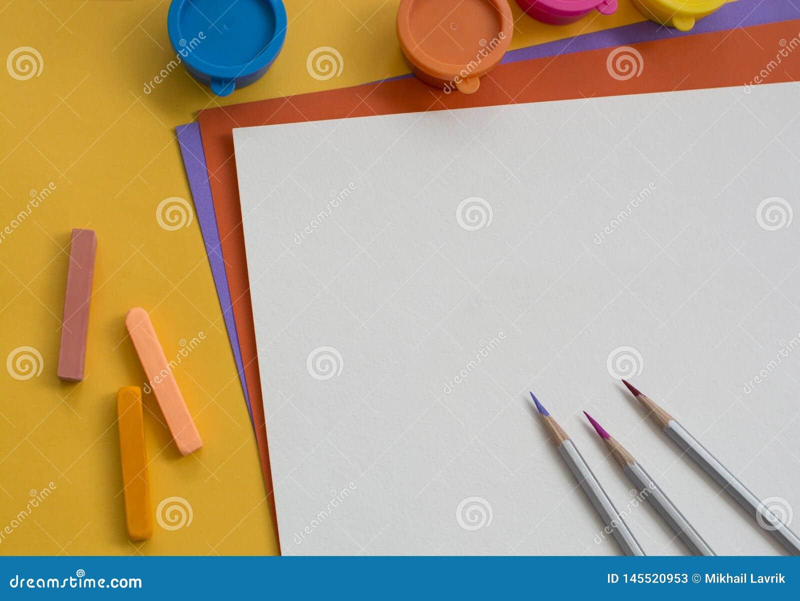Papel colorido e pinturas na tabela