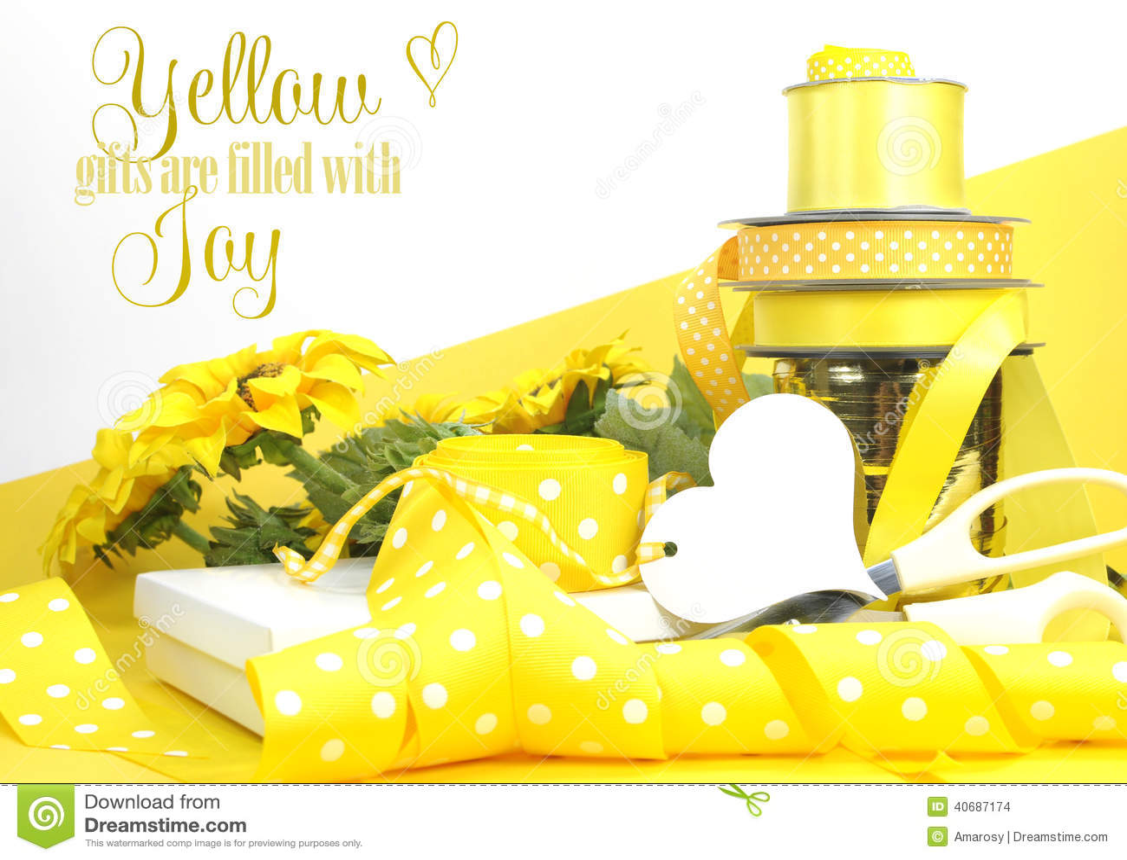Papel de embrulho amarelo do tema com texto da amostra