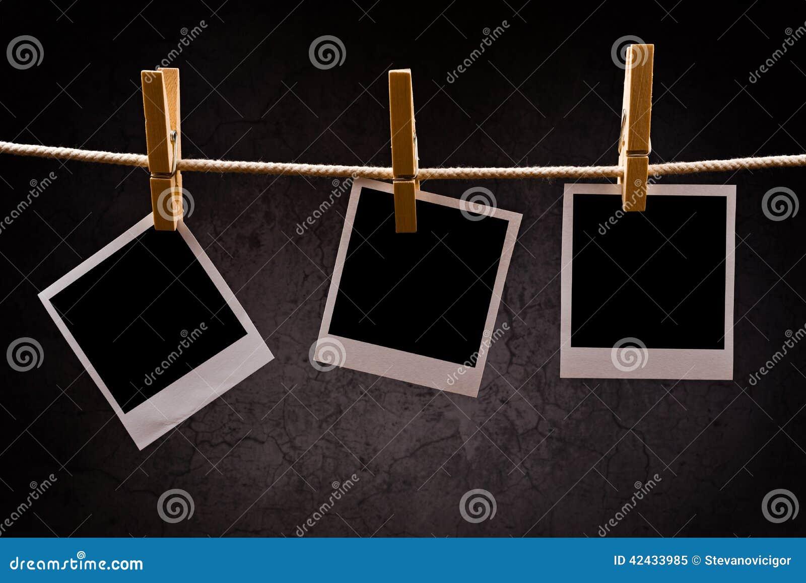 Papel de la fotografía con los marcos inmediatos de la foto atados al ingenio de la cuerda