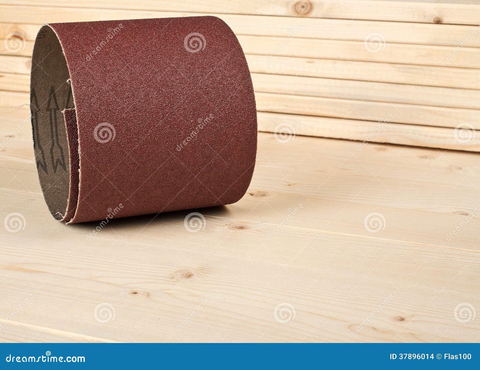 Papel de lija de Brown en tablones de madera