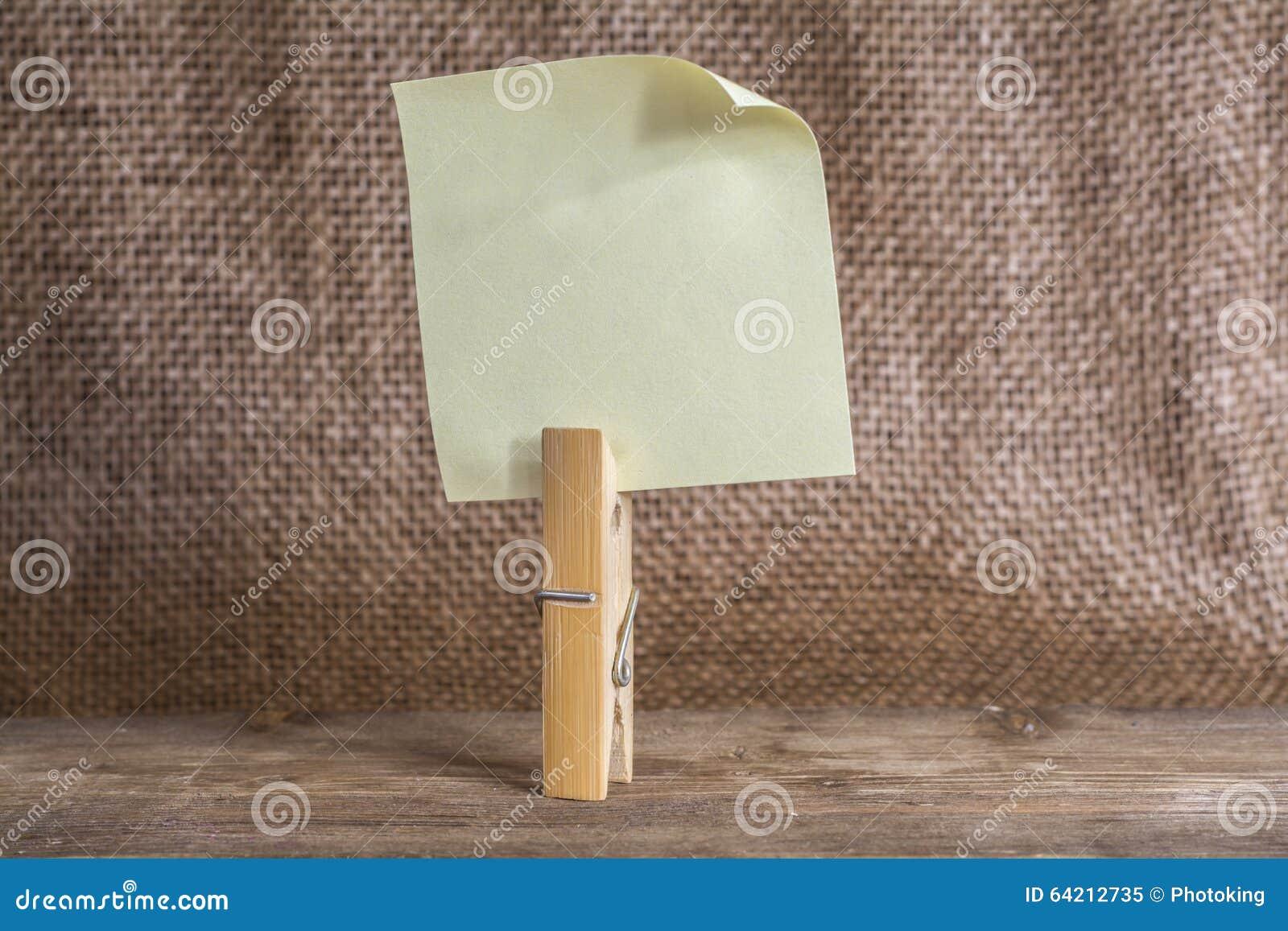 Papel de nota con una pinza