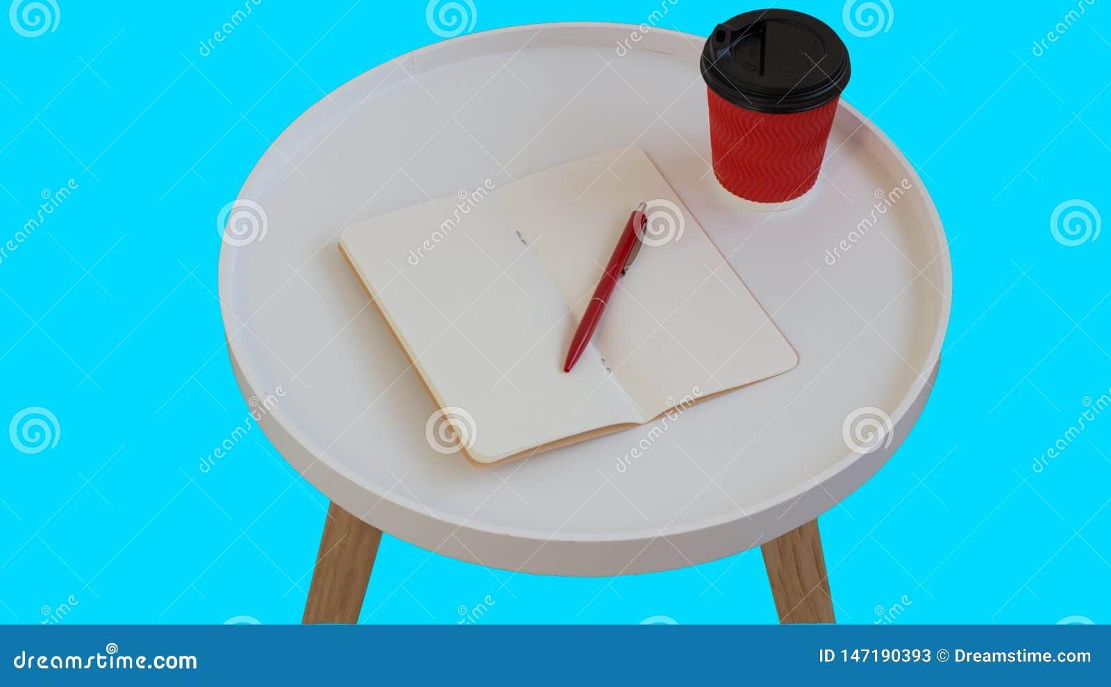 Papel de nota vazio vazio aberto com pena vermelha, x?cara de caf? vermelha do cart?o a ir na tabela de madeira do jornal redondo