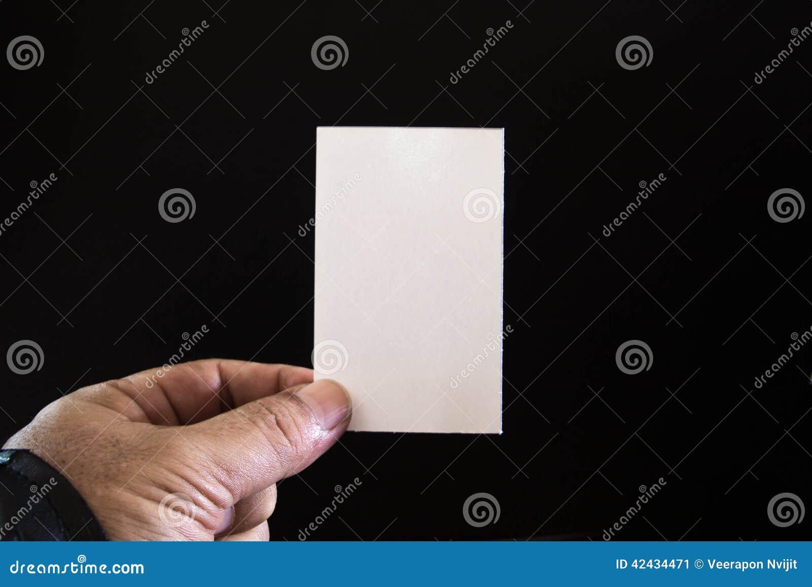 Papel en blanco en las manos de hombres